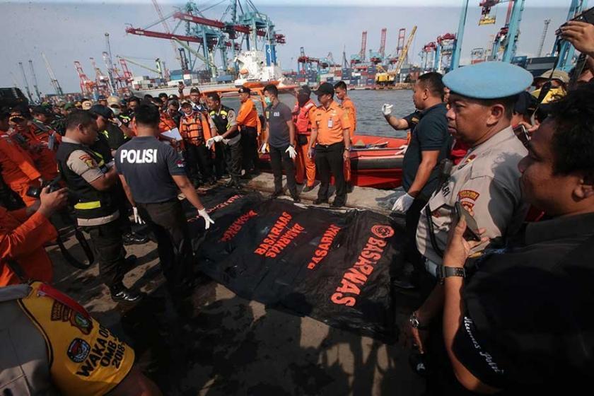 Endonezya'da yolcu uçağı denize  düştü, enkaz bulundu