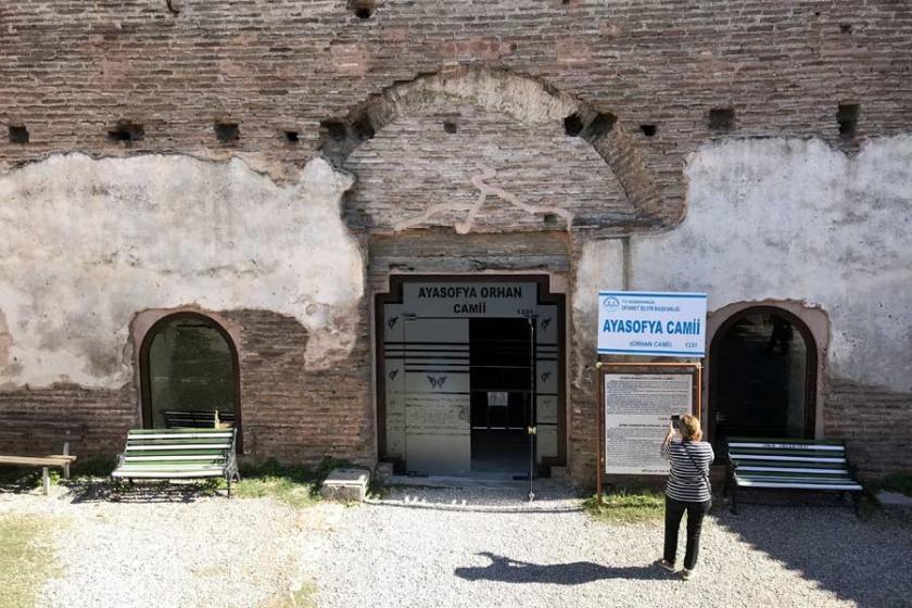 1700 yıllık yapıya cam kapı taktılar
