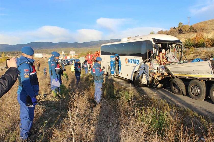 Kastamonu'da yolcu otobüsü tıra çarptı: 2 ölü, 36'sı asker 40 yaralı
