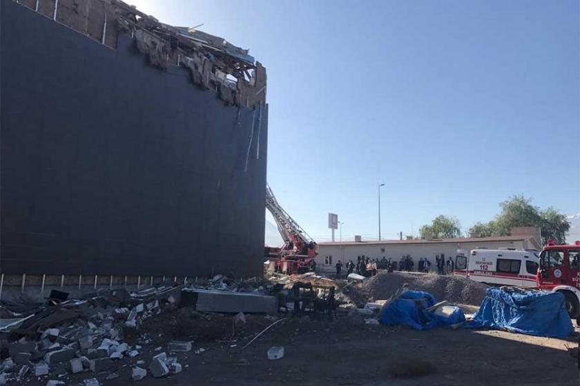 Kayseri'de inşaat halindeki kongre binasının çatısı çöktü