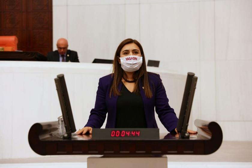 Mecliste lösemi çocuklar için maske taktılar