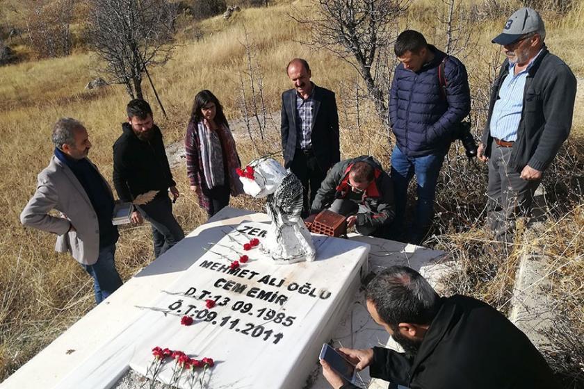Gazeteci Cem Emir, mezarı başında anıldı