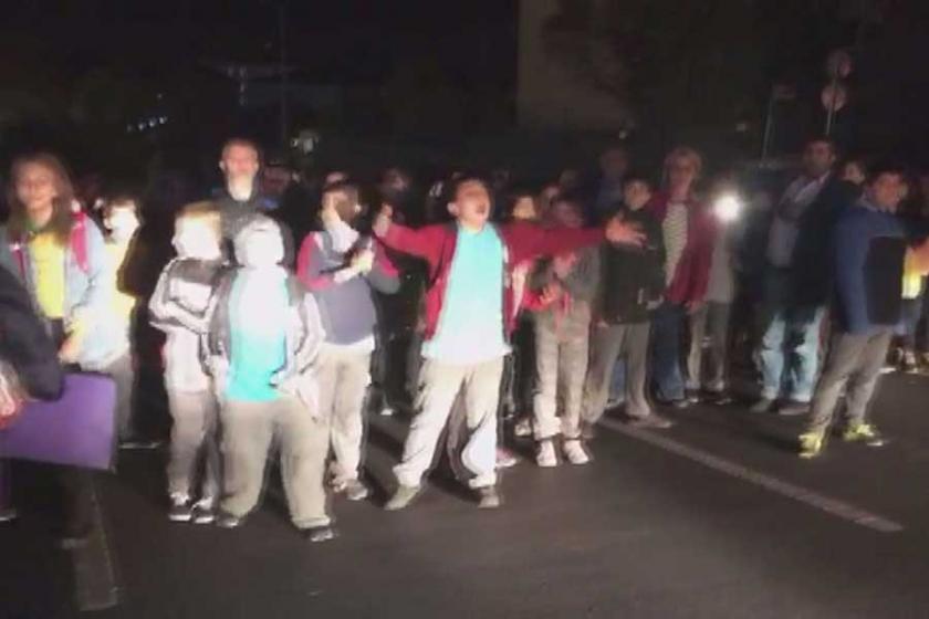 Arnavutköy'de öğrenci ve veliler yolu kapattı, 'geçit' istedi