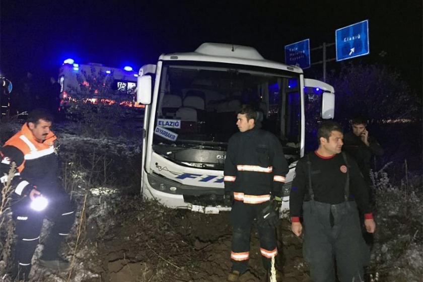 Elazığ'da midibüs şarampole devrildi: 17 yaralı