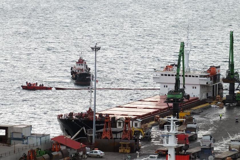 Yük gemisi iskeleye çarptı, körfeze yakıt sızdı