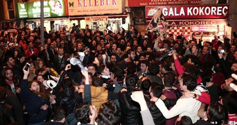 Beşiktaş taraftarı sokaklara döküldü