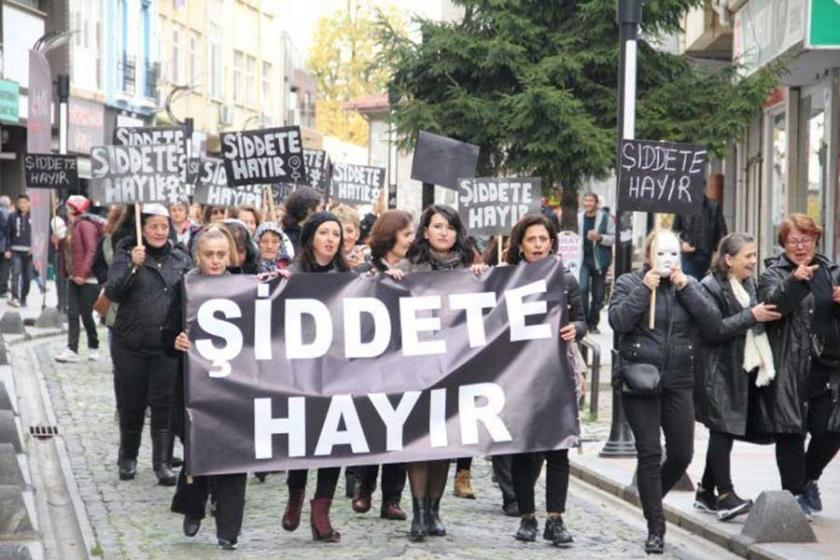 Kadınlar şiddete karşı sokağa çıktı, dayanışma çağrısı yaptı