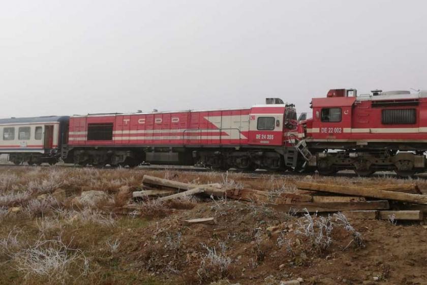 Sivas'ta yük treni ile yolcu treni çarpıştı, 10 kişi yaralandı