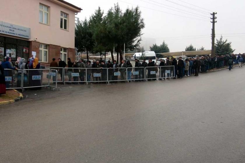 İş arayan yüzlerce kişi İŞKUR önünde kuyrukta