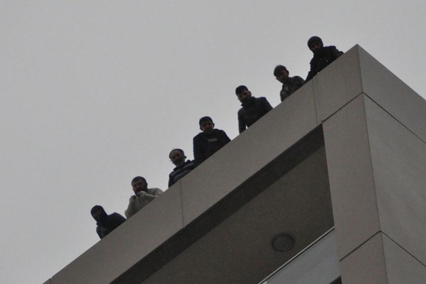 Paralarını alamayan inşaat işçileri çatı ve vincin tepesine çıktı