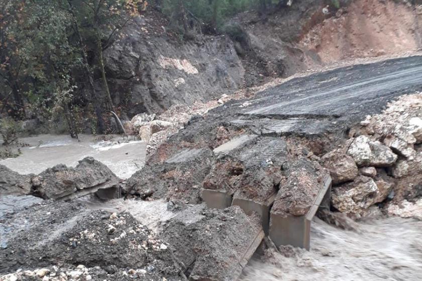 Mersin'de menfez köprü çöktü, iki mahalleye ulaşılamıyor