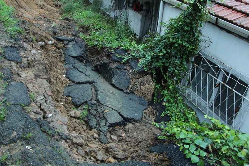 Beşiktaş'ta toprak kayması deprem korkusu yaşattı