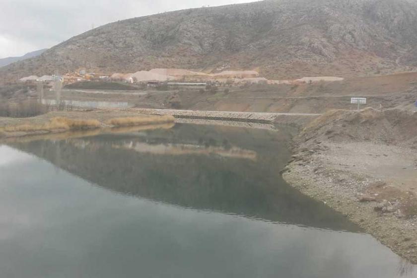 Fırat'ın ana kollarından Karasu nehri kara akıyor