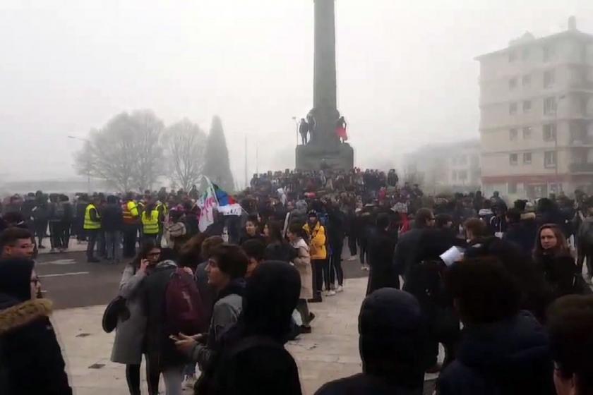 Fransa'da lise öğrencilerinin 'Kara Salı' protestoları sürüyor