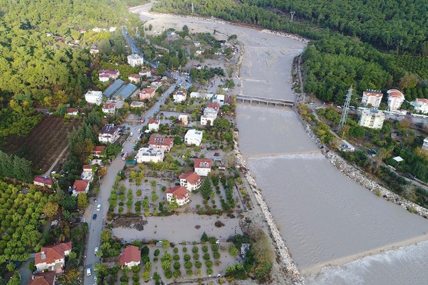 Antalya ve Didim'de ev ve iş yerini su bastı, araçlar sürüklendi