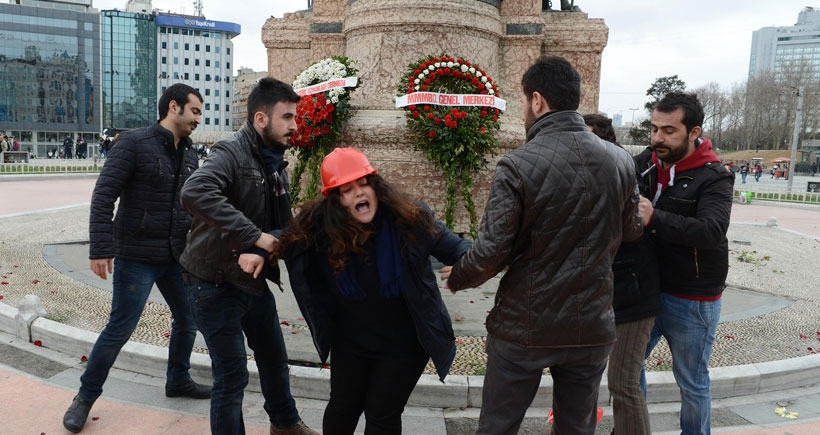 Taksim'de pankart açan iki mühendis gözaltına alındı