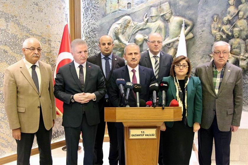 Mehmet Cahit Turhan kürsüde konuşuyor