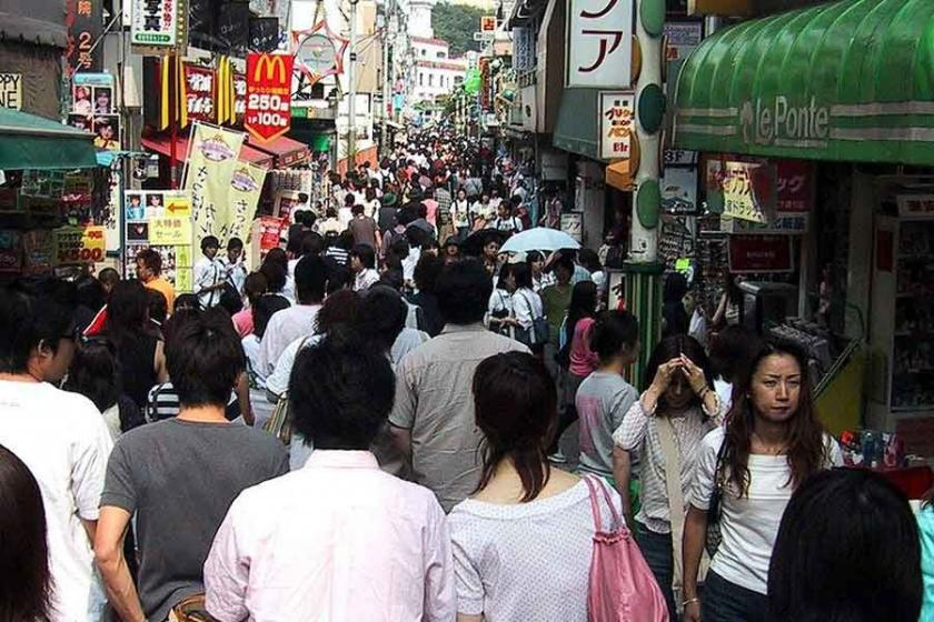 Japonya'da minivan yılbaşını kutlayan kalabalığa daldı