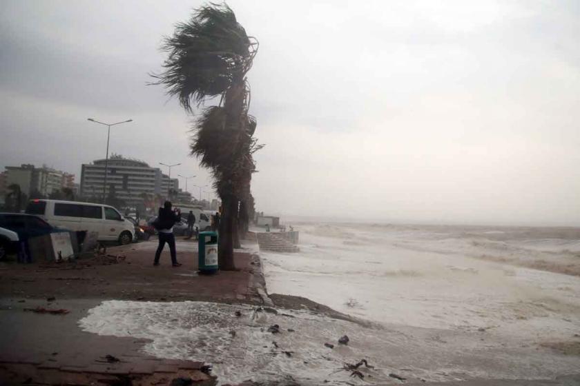 Antalya ve Muğla'da fırtına yaşamı olumsuz etkiledi