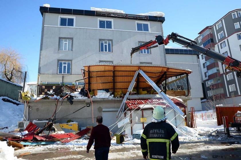 Bitlis'te kafenin terasına kar düşmesi sonucu 1 kişi yaşamını yitirdi