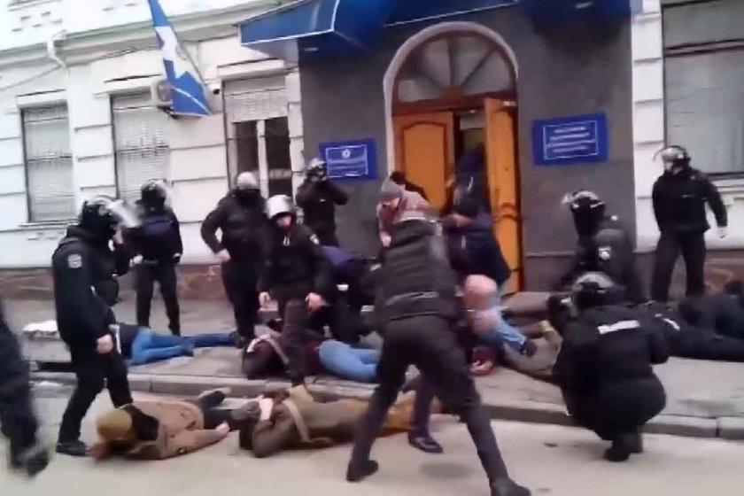 Ukrayna'da polis karakoluna saldırı: 10 yaralı