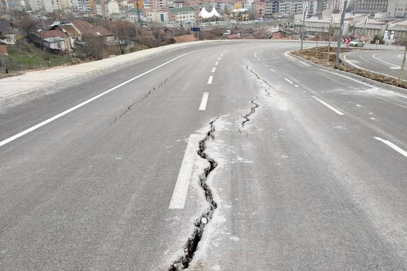 Elazığ'da AKP tarafından bir yıl önce açılan bulvarın asfaltı çatladı