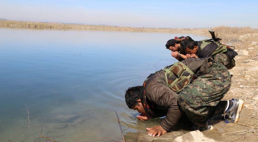 YPG sözünü tuttu, Fırat'ın suyundan içti