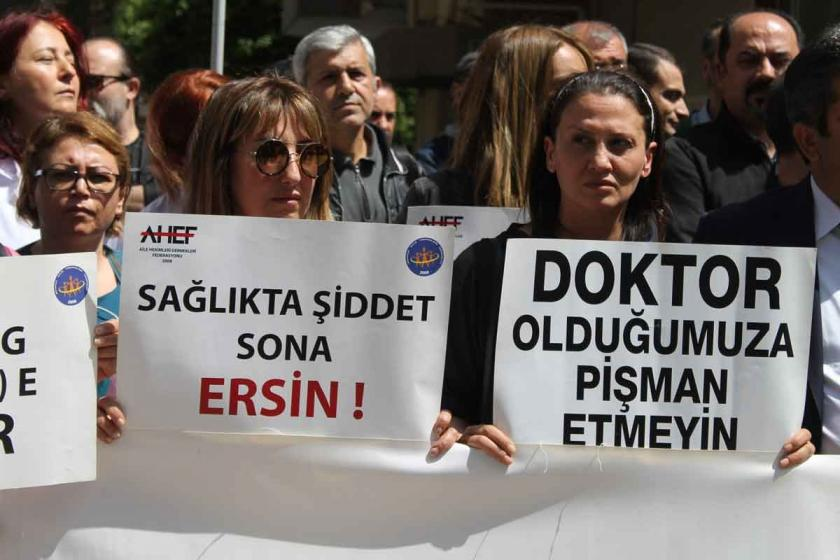 İzmir'de bir hekimin jiletli saldırıya uğramasına tepki: #ölürsemiyileştiremem