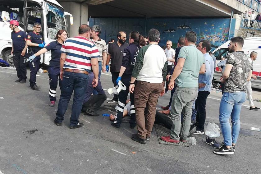 Gebze'de işçi servisi ile araç çarpıştı: 1 işçi öldü, 15 işçi yaralı