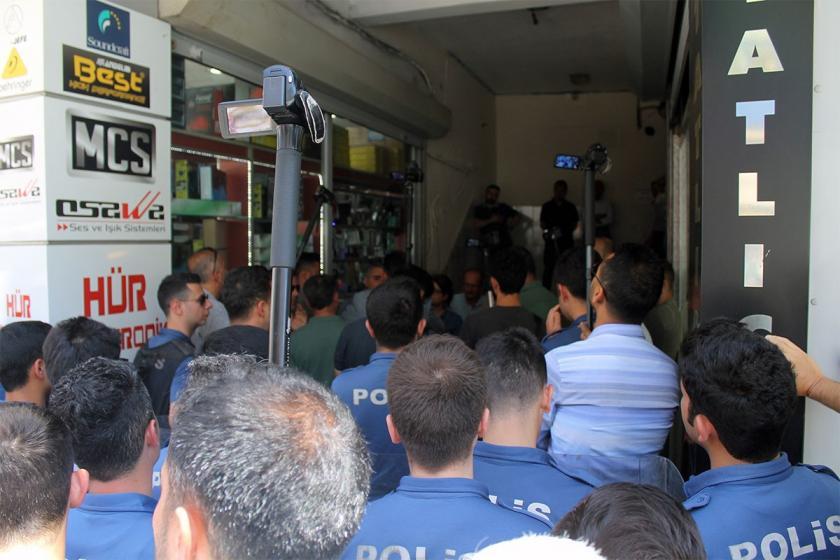 Adana'da açlık grevlerine dikkat çekmek isteyen annelere engel