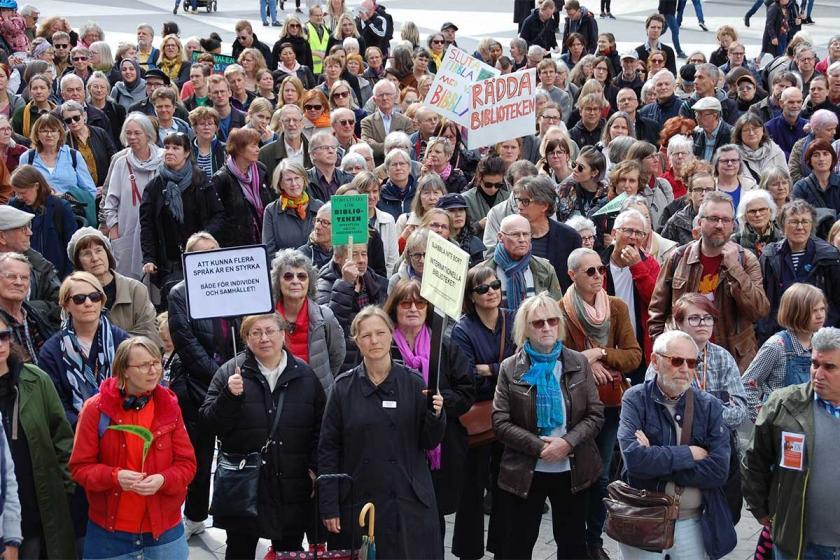 İsveç'te yazarlar kütüphanelerin kapatılmasına karşı meydanlarda