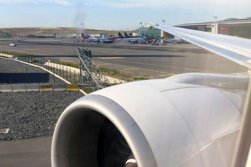 İstanbul Havalimanında uçağın kanadı pist kenarındaki direğe çarptı