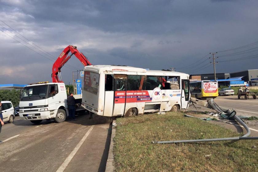 Bursa'da işçileri taşıyan servis kaza yaptı: 10 işçi yaralandı