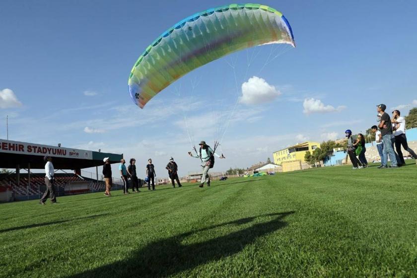 Mardin'de kayyumun müdürü, belediyenin paraşütlerini yanında götürdü
