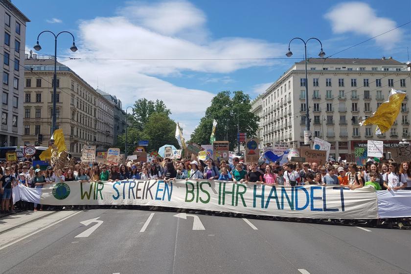 Viyana'da öğrencilerden dev iklim yürüyüşü
