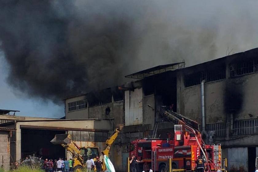 Uşak'ta tekstil atölyesinde yangın: 2 itfaiye çalışanı yaralandı
