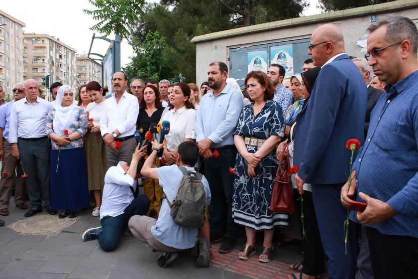 Diyarbakır'da 5 Haziran saldırısının yaşandığı noktaya karanfiller bırakıldı