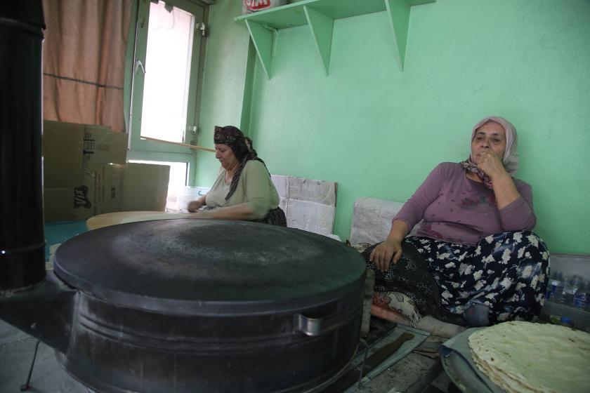 Ekmek yaparak geçimini sağlayan kadınlar: Yaz sıcağında çalışıyorsak yokluktan
