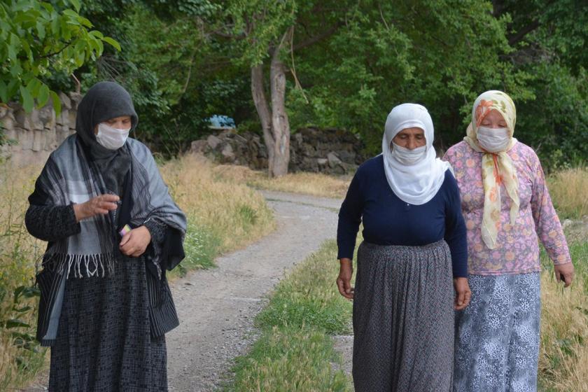 Mahalleli, enerji santralinin dumanları yüzünden maskeyle geziyor