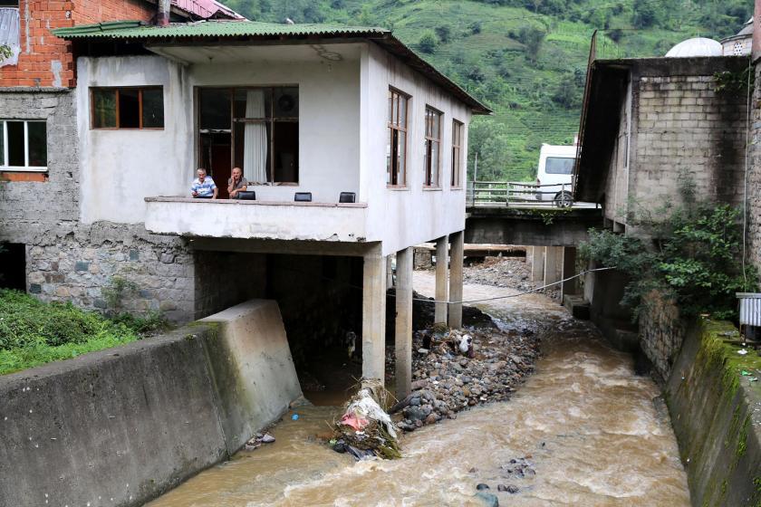 Dere yataklarına kurulan yapılar can alıyor
