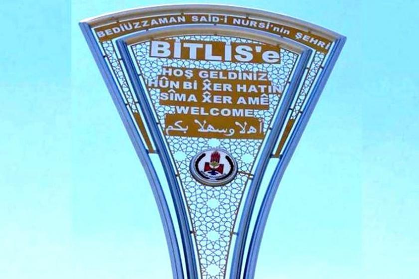 Bitlis'te AKP'li belediye indirdiği Kürtçe tabelayı hatalı olarak geri astı