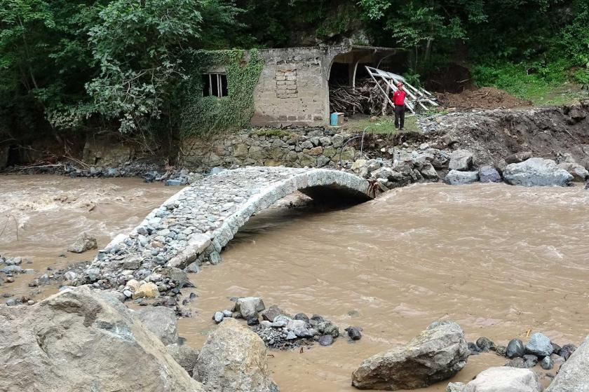 Araklı'daki selde sadece tarihi kemer köprü ayakta kaldı