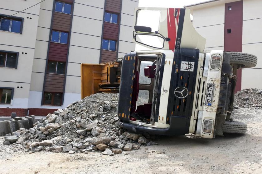 İnşaatta kamyon devrildi: 1 işçi yaralı