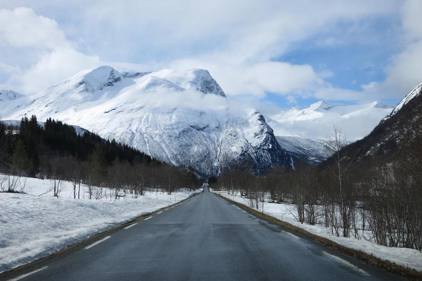 Avrupa yanarken Norveç'te kardan yollar kapandı