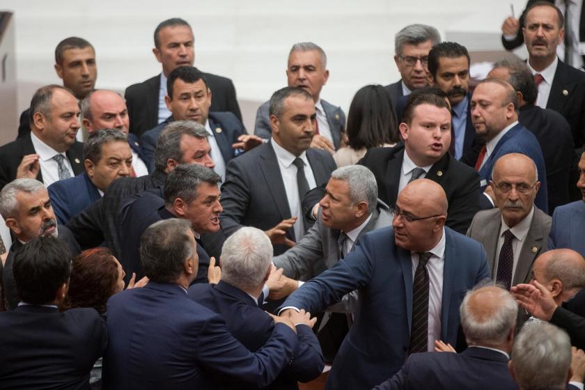 Meclis Genel Kurulu'nda MHP'li vekiller CHP'li Özgür Özel'in üzerine yürüdü