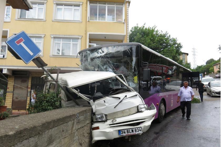 Üsküdar'da özel halk otobüsüyle minibüs çarpıştı: 4 yaralı