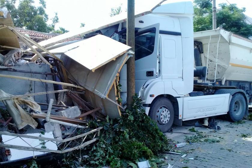 İzmir'de bir tır işçileri taşıyan iki minibüse ve bir yayaya çarptı: 12 yaralı