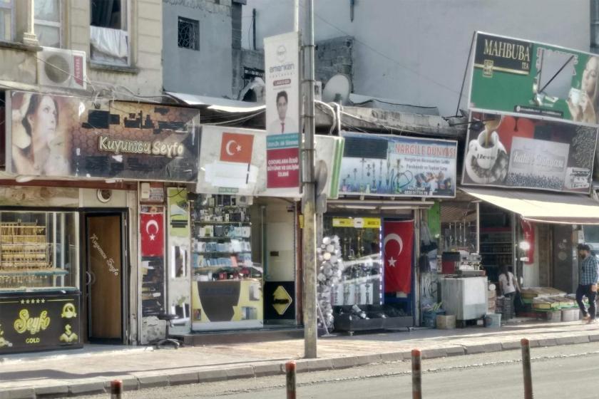 Antep'te Suriyeli mülteciler saldırı olmasın diye Türk bayrağı asıyor