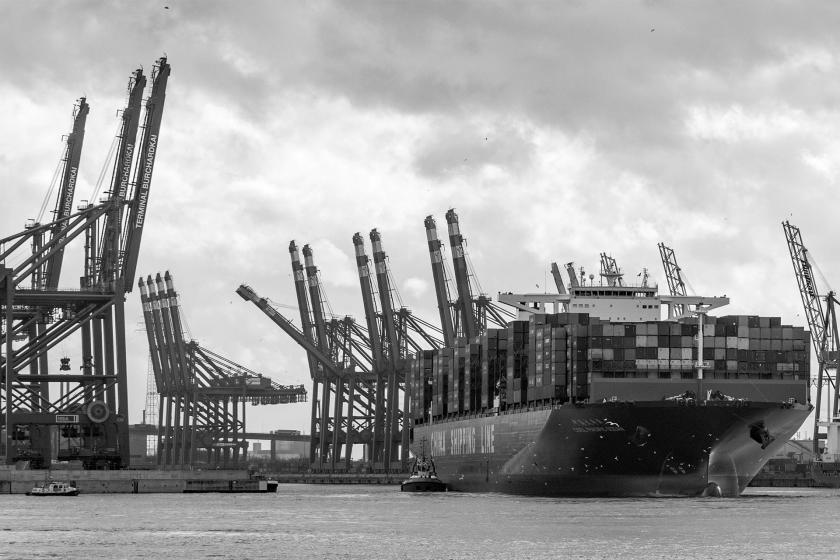 Liman'a yanaşmış yük gemisi