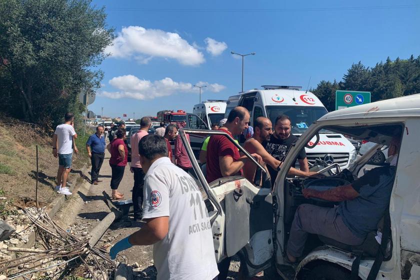 TEM otoyolu Ümraniye mevkiinde meydana gelen trafik kazasında 2 kişi yaralandı